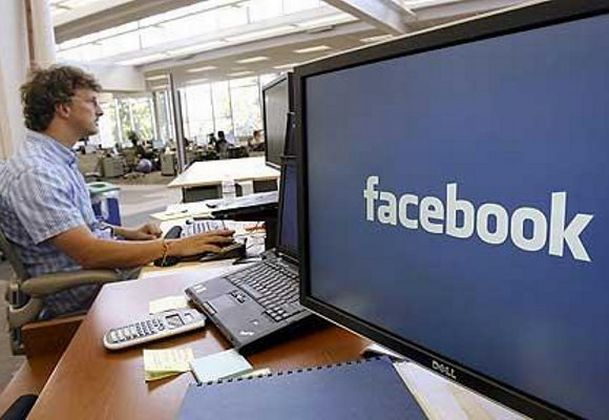 1021228075_Facebook-at-work